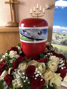 rot-weiß Urne mit Fußballmotiv