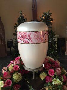 weiße Urne mit Blumendekor Rosen
