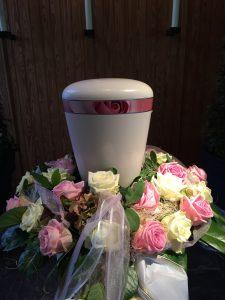weiße Urne mit Rosendekor