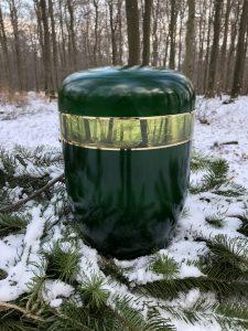 dunkelgrüne Urne mit Fotomotiv Wald