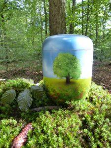 Urne in hellblau mit Baum - und Wiesenmotiv