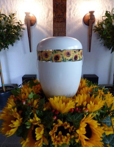 hellblaue Urne mit Sonnenblumendekor